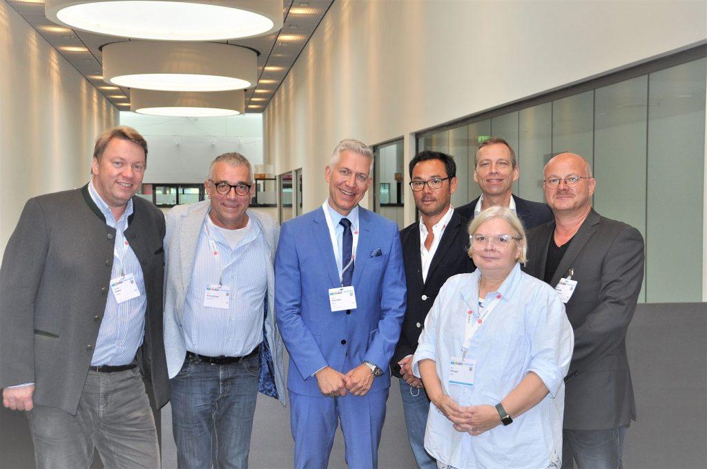 Der d-uo-Vorstand mit Prof. Christian Doehn (l.), Dr. Rolf Eichenauer (2. v. l.) , PD Dr. Manfred Johannsen (5. v. l.) und anderen unterbreitete den Urogister-Opfern in Stuttgart ein kostengünstiges Übernahme-Angebot.